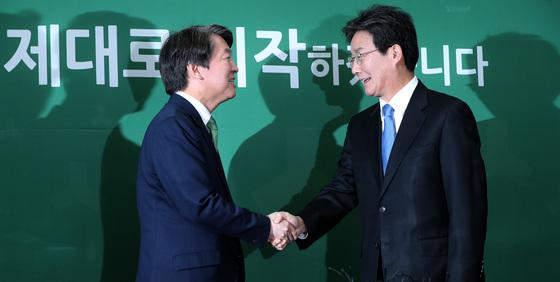 유승민 바른정당 대표가 취임인사차 안철수 국민의당 대표를 예방했다. 박종근 기자