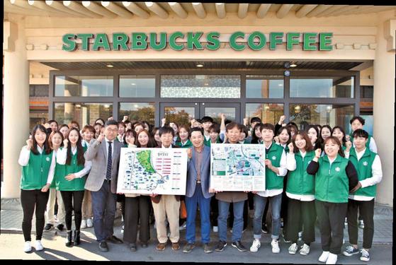 박홍국 위덕대 박물관장(왼쪽 다섯째)과 경주 지역 스타벅스 직원들이 스타벅스가 제작한 황남골목길 관광지도를 들어 보이고 있다. [사진 스타벅스]
