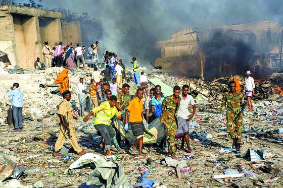 지난달 14일 소말리아 수도 모가디슈 중심가에서 이슬람극단주의 세력 소행으로 추정되는 트럭 폭탄테러가 발생해 300명 이상이 사망했다. [AP=연합뉴스]