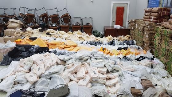 중국 제조 총책 등 일당 23명이 중국에서 제조해 국내에 밀반입한 위조 명품들. [사진 부산경찰청]