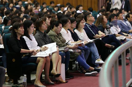 지난 9월 19일 서울자립형사립고연합회가 주최한 '예비 고1을 위한 서울 자사고 연합 설명회'에서 1500여 명의 학부모ㆍ학생들이 설명을 듣고 있다. [중앙포토]