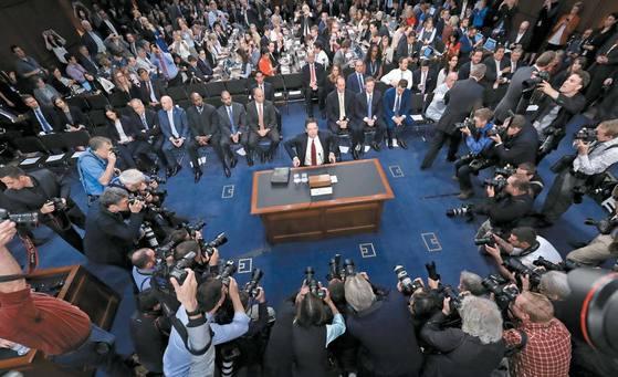 제임스 코미 전 미국 연방수사국(FBI) 국장(가운데)이 지난 6월 8일 '러시아 스캔들' 청문회에서 증언하기에 앞서 포즈를 취하고 있다. [AP=연합뉴스]