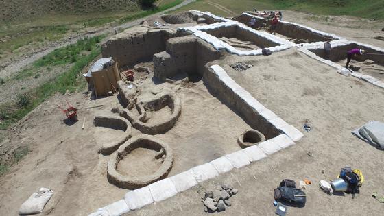 인류가 와인을 마시기 시작한 것은 최소 8000년이 됐다는 최신 연구결과가 나왔다. 사진은 와인 성분이 검출된 토기 조각이 있던 조지아의 신석기 유적지. [연합뉴스]