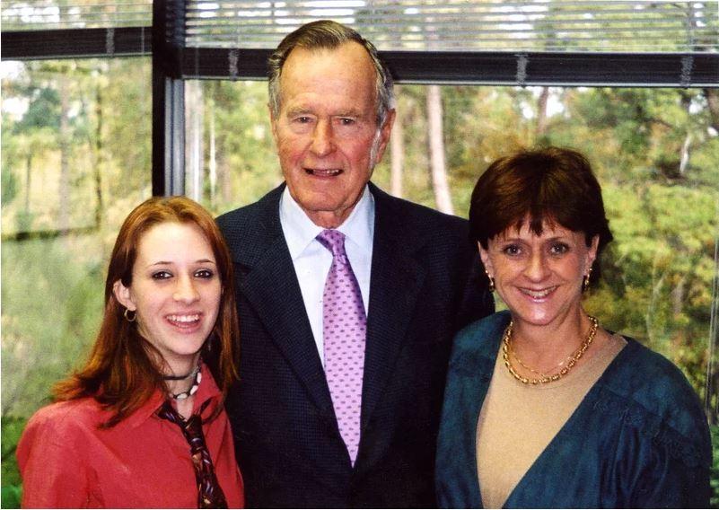 로슬린 코리건이 주장하는 문제의 2003년 사진. 로슬린 코리건과 아버지 부시 전 대통령, 어머니 사리 영(왼쪽부터). [타임 홈페이지]
