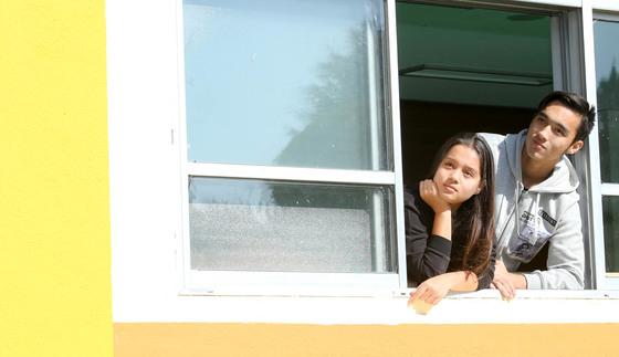 고려인 4세 남매인 박니키타군과 박엘리자벳양이 지난 10일 광주 지역 다문화학교인 '새날학교'의 교실 창가에서 교정 밖을 바라보고 있다. 프리랜서 장정필
