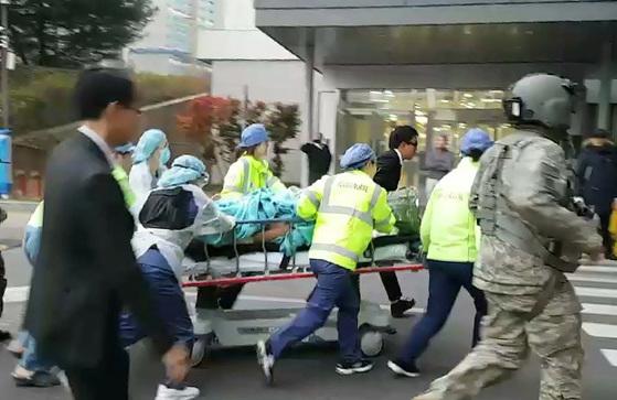 병원으로 옮겨지는 귀순 북한병사. [연합뉴스]