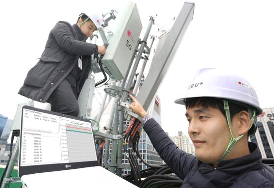 LG유플러스 직원들이 13일 서울 강남역 5G 시험기지국에서 장비를 점검하고 있다. [사진 LG유플러스]