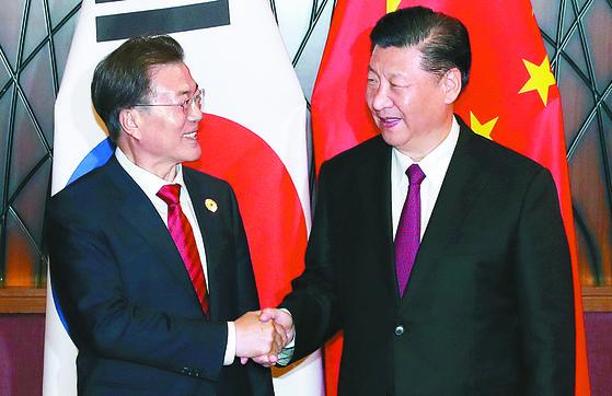 APEC 정상회의에 참석중인 문재인 대통령과 시진핑 중국 국가주석이 11일 오후(현지시간) 베트남 다낭 크라운플라자 호텔에서 만나 정상회담을 갖기에 앞서 악수를 나누고 있다. 청와대사진기자단