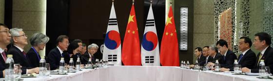 문재인 대통령이 13일 오후 '제31차 ASEAN 정상회의'가 열리는 필리핀 마닐라 소피텔 호텔에서 리커창 중국 총리와 회담하고 있다. 청와대 사진기자단
