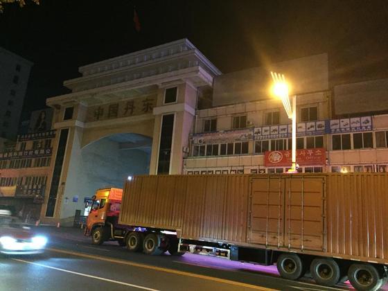중국 정부가 북한산 석탄과 철·수산물 등을 전면 수입 금지한다고 밝힌 지난 8월 14일 밤 해당 품목을 합법적으로 중국에 수출할 마지막 시한까지 수출물량을 보내려는 북한의 무역차량이 북·중 접경지대인 단둥 시내에 줄을 잇고 있다. 사진은 단둥해관 앞 도로를 점령한 북한 트럭. [단둥=연합뉴스]