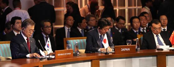 회의자료 살피는 한중일 정상   (필리핀=연합뉴스) 김주형 기자 = 문재인 대통령이 14일 오전(현지시각) 필리핀 마닐라 국제컨벤션센터에서 열린 제20차 ASEAN+3 정상회담에 참석해 회의 자료를 살피고 있다. 왼쪽부터 문 대통령, 아베 신조 일본 총리, 리커창 중국 총리. 2017.11.14   kjhpress@yna.co.kr (끝) <저작권자(c) 연합뉴스, 무단 전재-재배포 금지>