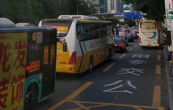 중국 선전 시내를 운행 중인 전기버스의 모습. 세계1위 전기버스 제조사 BYD가 만들었다. [중앙포토]