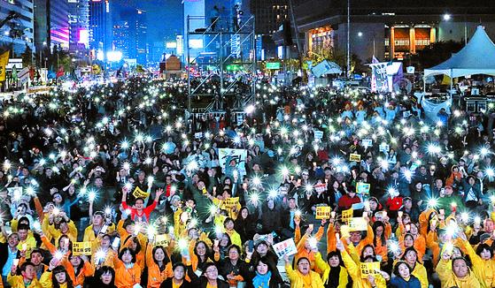 '촛불집회 1주년 대회'가 28일 오후 서울 광화문 광장에서 열렸다. 김경록 기자