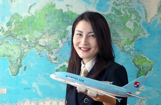 """한국 최초이자 유일의 A380 여성기장인 황연정씨는 '꾸준한 체력관리로 정년(60세)을 채우고 싶다""""며 '섬세함과 순발력이 장점인 여성에게 기장은 추천할 만한 직업""""이라고 말했다. [최정동 기자]"""