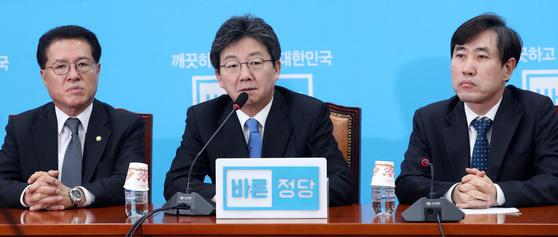 유승민 바른정당 대표가 14일 오전 국회에서 열린 최고위원-국회의원 연석회의에서 모두발언을 하고 있다. 박종근 기자
