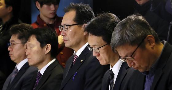 고형권 기획재정부 1차관과 개신교 대표들이 14일 오전 서울 영등포구 CCMM빌딩에서 열린 종교인 과세 간담회에서 기도를 하고 있다. [뉴스1]