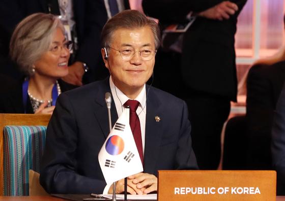 문재인 대통령이 14일 오후(현지시간) 필리핀 마닐라 필리핀국제컨벤션센터(PICC)에서 열린 제12차 동아시아정상회담(EAS)에서 미소짓고 있다. 청와대 사진기자단
