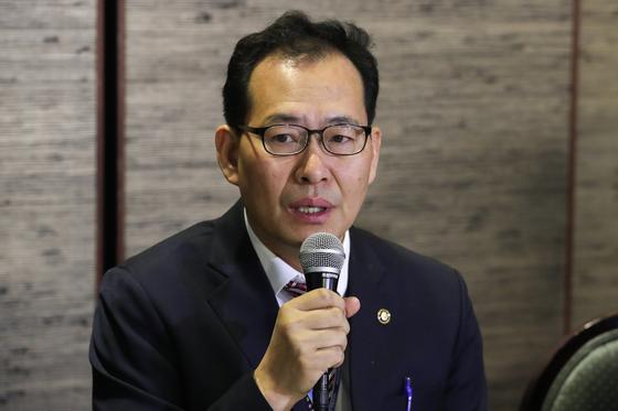 14일 오전 서울 여의도 CCMM빌딩에서 열린 기재부(국세청)-한국교회 종교인 과세 관련 간담회에서 고형권 기획재정부 1차관이 모두발언을 하고 있다. [뉴스1]