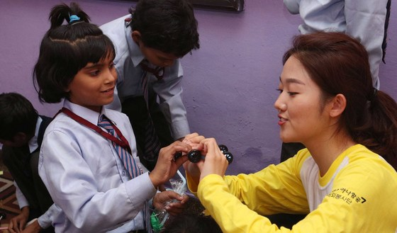 한 자원봉사단원이 인도 뉴델리 삘람학교에서 과학교실 특별수업을 하고 있다. 아시아나항공은 개발도상국 저소득층 어린이를 위한 '글로벌 사회공헌활동'을 지원하고 있다. 공항사진기자단