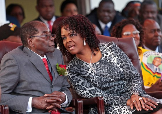 37년간 짐바브웨를 통치 중인 독재자 로버트 무가베 대통령(왼쪽)과 대통령직 승계를 노리는 부인 그레이스. [EPA=연합뉴스]