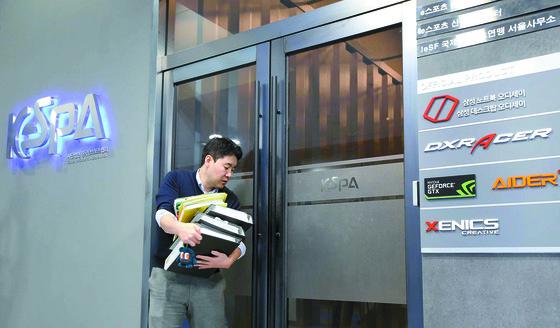 지난 7일 서울 마포구 상암동 한국e스포츠협회에서 관계자들이 서류를 운반하고 있다. [연합뉴스]