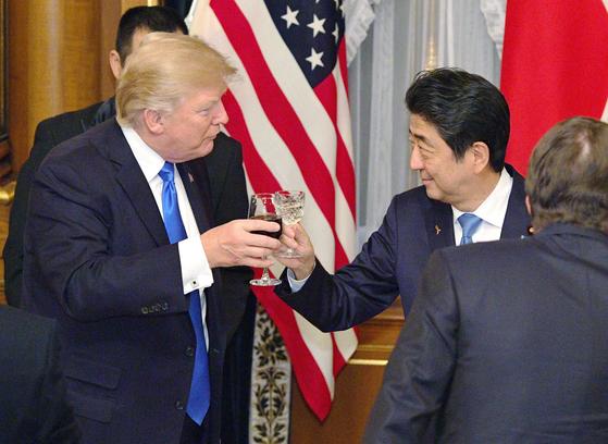 도널드 트럼프 미국 대통령(왼쪽)과 아베 신조 일본 총리가 6일 밤 도쿄(東京) 모토아카사카(元赤坂)에 있는 영빈관에서 만찬을 하며 건배를 하고 있다. [교도=연합뉴스]