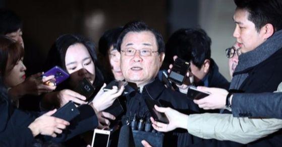 국정원 특활비를 박근혜 정부 당시 청와대에 상납한 혐의를 받고 있는 이병기 전 국정원장이 14일 새벽 체포됐다. [사진 연합뉴스]