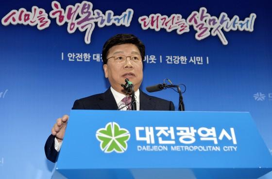 대법원의 징역형 확정으로 시장직을 잃은 권선택 대전시장이 14일 오전 기자회견에서 입장을 밝히고 있다. 프리랜서 김성태
