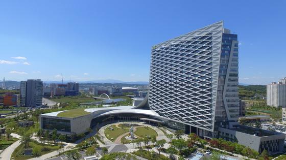 지난 2007년 착공해 2015년 완공한 진주 혁신도시. 오른쪽 큰 건물이 이곳에 입주한 11개 공공기관 중 가장 큰 규모인 한국토지주택공사 본사다. [송봉근 기자]