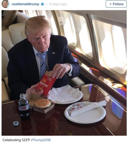 대통령 선거전 당시 이동 중간 중간 맥도날드 햄버거로 식사를 떼운 도널드 트럼프 미국 대통령.