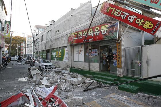15일 오후 경북 포항을 강타한 규모 5.4의 지진으로 포항시 북구 흥해읍 한동로 인근 마트 일부가 무너지고 차량이 파손된 채 어지럽게 널브러져 있다. 포항=프리랜서 공정식