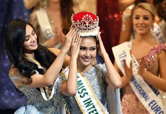 2017 미스 인터내셔널에 선발된 인도네시아 출신 케빈 일리아나가 왕관을 쓰고 있다. [EPA=연합뉴스]