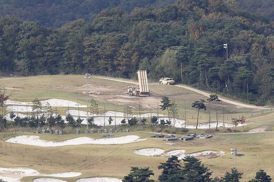 북한 조선노동당 창건기념일인 지난달 10일 경북 성주골프장에 배치된 주한미군의 고고도미사일방어(THAADㆍ사드) 체계 발사대가 하늘을 향하고 있다. 프리랜서 공정식