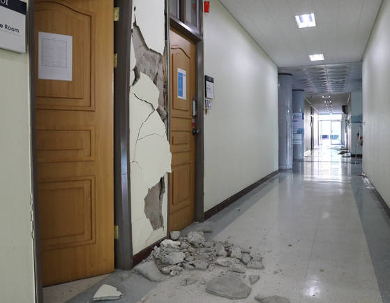 15일 포항에서 발생한 지진으로 한동대학교의 한 건물 내부가 심하게 부서져 있다. [연합뉴스]
