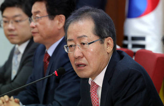 자유한국당 홍준표 대표가 15일 서울 여의도 당사에서 열린 최고위원·재선의원 연석회의에서 발언하고 있다.[연합뉴스]