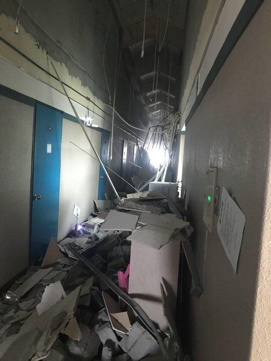 천정이 무너진 선린대 기숙사 모습. [사진 트위터]