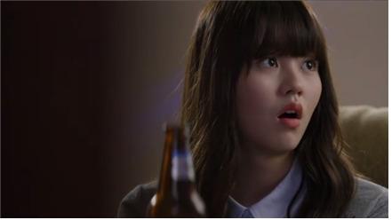 2015년 방영된 지상파 드라마에서 고등학생인 주인공과 친구들이 노래방을 찾은 장면에 술병이 등장해 미성년자 음주를 암시했다. 해당 장면은 방송통신심의위원회의 징계를 받았다. [사진 보건복지부]