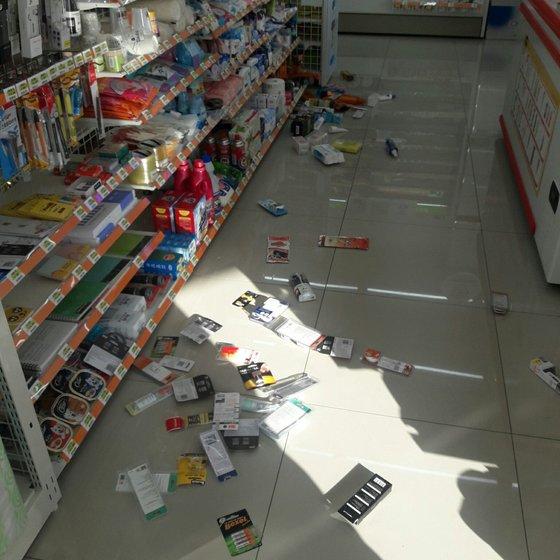 포항 지진 영향으로 마트 진열대에 물건이 떨어져 있다. [사진 트위터]