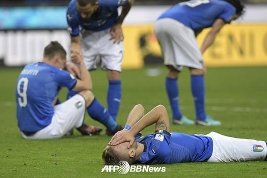 13일(현지시간) 러시아월드컵 유럽 예선 스웨덴과의 경기에서 비겨 본선 진출이 좌절되자 이탈리아 선수들이 망연자실해 있다. [AFP]