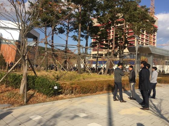 울산혁신도시의 한 공기업 직원들이 건물 밖으로 대피해 있다. [독자 제공]