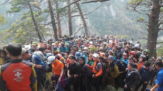 지난해 가을 설악산 만경대 정상. 많은 탐방객들이 몰리면서 탐방로가 훼손되고 안전사고도 발생했다. [사진 국립공원관리공단]