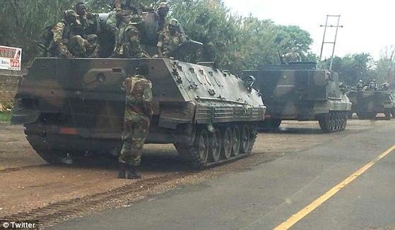 짐바브웨 수도 인근에서 대기 중인 탱크와 병력. [트위터]