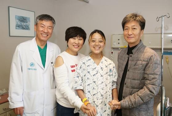 서울아산병원 박승일 흉부외과 교수(맨 왼쪽)이 환자 오화진(오른쪽에서 둘째)씨, 환자 부모를 만났다.[사진 서울아산병원]