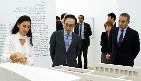 이명박 전 대통령이 13일(현지시간) 바레인에 도착해 마이 빈트 모하메드 알 칼리파 바레인 문화 장관과 함께 '바레인국립박물관' 내부를 둘러보고 있다. [이명박재단 제공=연합뉴스]