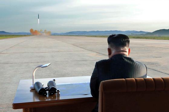 김정은 북한 노동당 위원장이 지난 9월 15일 평양 순안공항 활주로에서 중거리탄도미사일인 화성-12형 미사일 발사를 지켜보고 있다. [사진 연합뉴스]