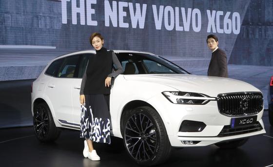 26일 오전 서울 그랜드 하얏트 호텔에서 볼보자동차 프리미엄 SUV 모델 '더 뉴 XC60' 출시 행사가 열렸다. 이번 차량을 디자인한 한국인 디자이너인 이정현(안경 쓴 남자)씨가 차량소개 행사에 참석했다. 20170926 하얏트=최승식 기자