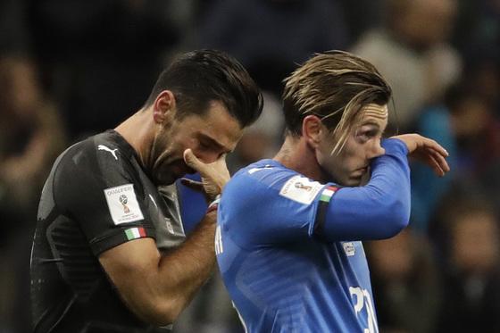 이탈리아 골키퍼 잔루이지 부폰(왼쪽)과 마놀로 가비아디니가 고개를 숙이고 있다. [AP=연합뉴스]