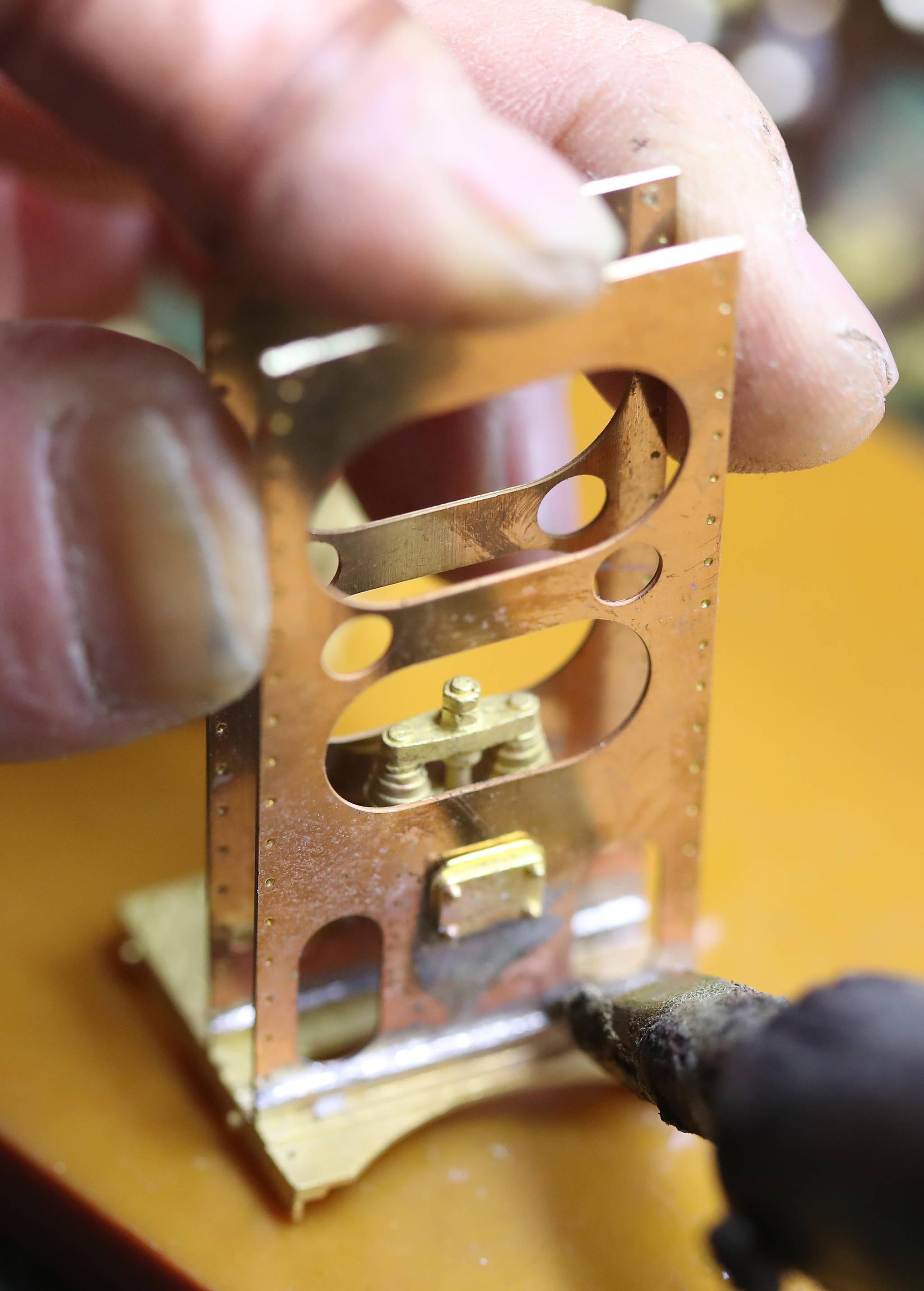 제작한 기차 부품들은 금형 작업을 거쳐 납땜으로 이어진다. 우상조 기자