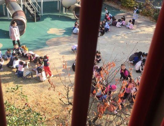울산 울주군의 한 유치원에서 원아들이 건물 밖으로 대피해있다. [독자 제공]