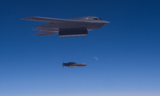 벙커버스트 'GBU-57'를 투하하는 B-2. [화이트맨공군기지 제509폭격단 홍보 영상 캡쳐=연합뉴스]